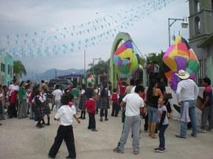 Fiesta de familia, padres y alumnos subiendo sus globos de papel de china