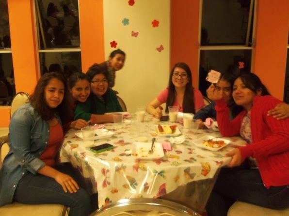 Cena con las jóvenes, festejando el día de la Muje