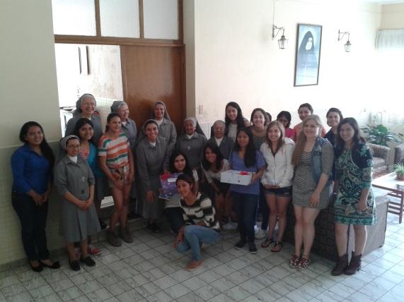 Grupo de Jóvenes con detalle para las hnas por el día de las madres.