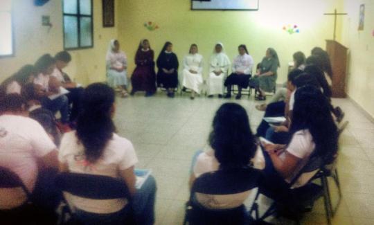 La jóvenes en Panel, con las Religiosas de la P. Vocacional