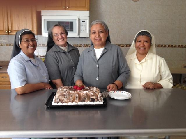 Este 10 de mayo, las chicas que se quedaron en casa nos dieron una grata sorpresa, festejaron el día de la Madre obsequiándonos un sabroso pastel. Disfrutamos mucho el bonito detalle de cariño de parte de nuestras jóvenes
