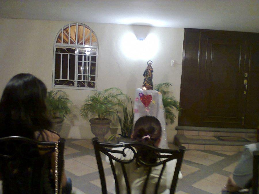 En este mes de María, nos organizamos Hermanas y jóvenes en equipos para preparar el mes de María,  Este año utilizamos el Porche, para que  pudieran acudir los vecinos, que con anterioridad invitamos,