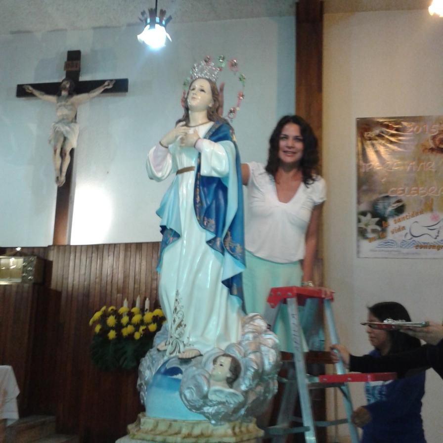 Blanca Valdez coronando a la Virgen Inmaculada.