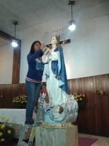 Carnen De la Cruz, colocando el cetro de la Virgen