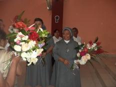 Enormes ramos fueron entregados a las religiosas en señal de agradecimiento