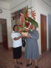 H. Josefina Jaimes superiora de la comunidad recibe en nombre de la Congregación este arreglo floral