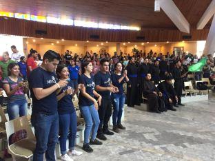 AMBIENTACIÒN DE LOS JOVENES EN MOMENTOS ANTES DE MISA