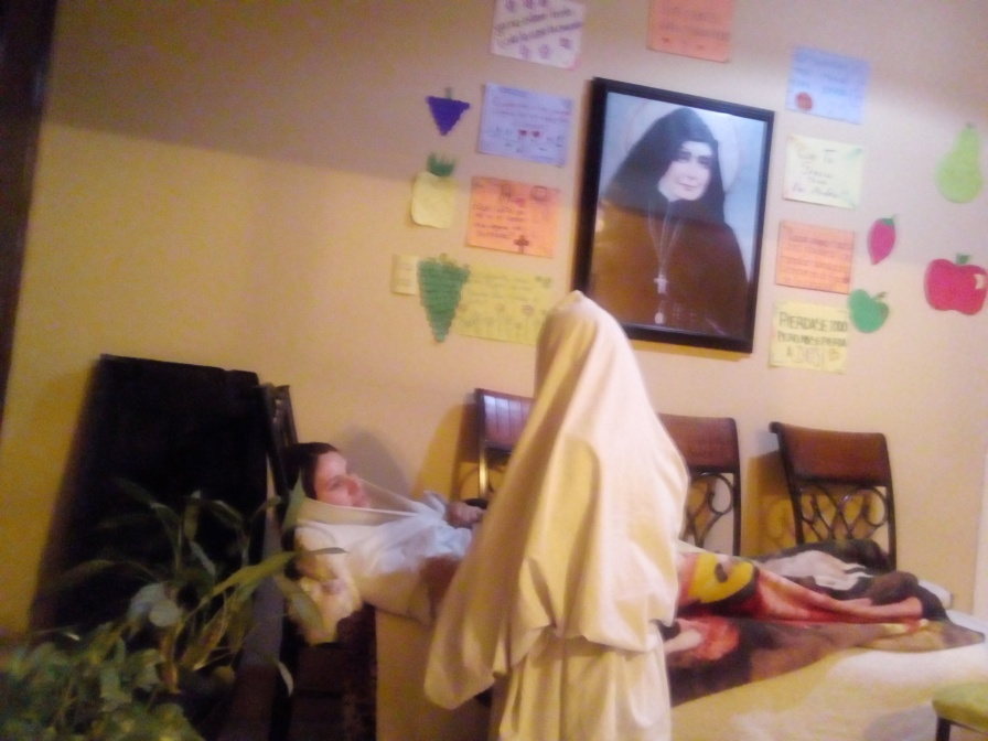 Escena de Santa Vicenta Maria dando la bendición.